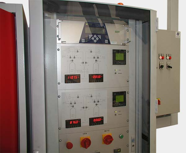 Cabinet to control a supply system for 2 gases with 2 cylinders each, automatic switch over at minimum level.